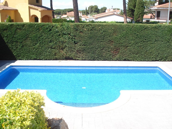 Lescala costabrava maison avec piscine bosch api for Construction piscine 972