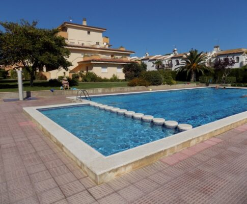 Ground floor apartment with pool to rent in L'Escala