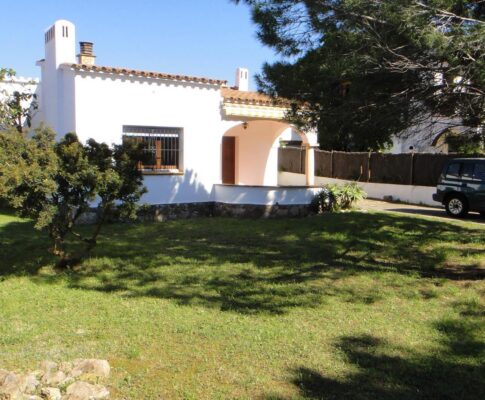 Ground floor house to rent L'Escala 450 mts garden