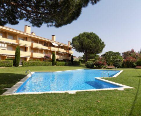 Ground floor apartment to rent in L'Escala communal pool